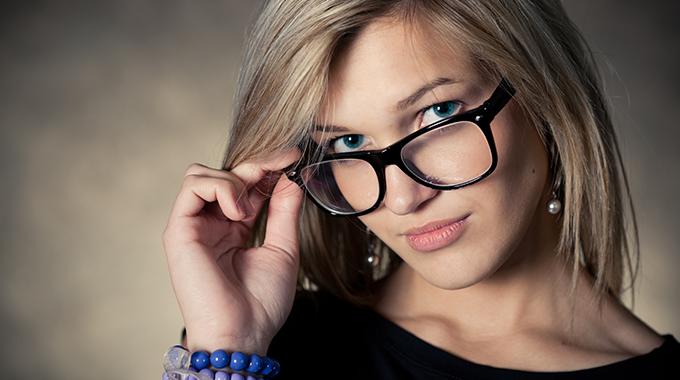modny makijaż do okularow