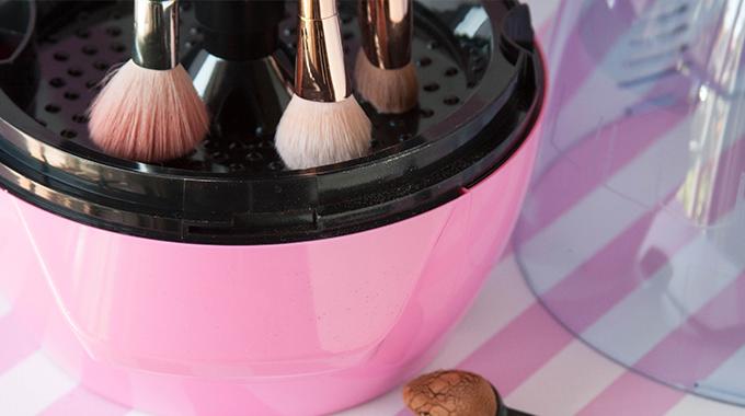 Jak myć pędzle do makijażu - woda, mydło i szampon