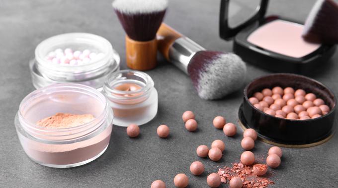 Kosmetyki rozświetlające do makijażu